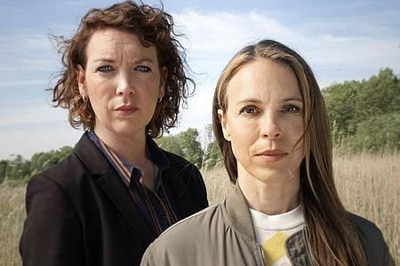 Lina Beckmann (l) und Anneke Kim Sarnau ermitteln jetzt gemeinsam im Rostocker «Polizeiruf 110». Foto: Christine Schroeder/NDR Presse und Information/dpa