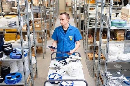 Mag die Abwechslung in seinem Beruf: Felix Hannemann, angehender Elektroniker für Geräte und Systeme, holt Bauelemente aus dem Lager. Foto: Nicolas Armer/dpa-tmn