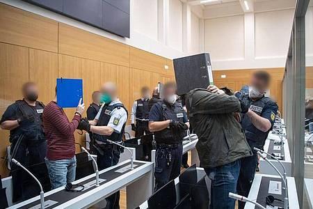 """Die Angeklagten werden von Justizbeamten kurz vor Beginn des Prozesses gegen die rechtsterroristische Vereinigung """"Gruppe S."""" in einen Saal im Oberlandesgericht Stuttgart-Stammheim geführt. Foto: -/dpa-pool/dpa"""