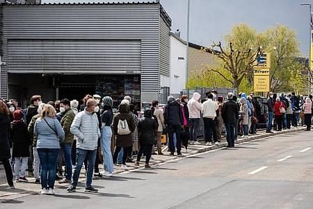 Zahlreiche Menschen stehen an einem Supermarkt in der Schlange, um dort ohne Termin mit dem Impfstoff Astrazeneca geimpft zu werden. Foto: Christoph Schmidt/dpa