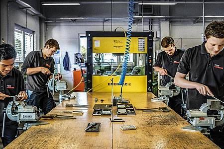 Traditionell gehört auch die Arbeit an der Werkbank für Zerspanungsmechaniker dazu. Heute wird aber die Steuerung der CNC-Maschinen wichtiger. Foto: Lüdecke GmbH/dpa-tmn