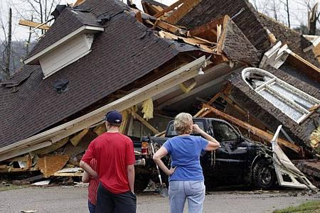 Anwohner begutachten die Schäden an ihren Häusern, nachdem ein Tornado südlich von Birmingham mehrere Häuser beschädigt hat. Foto: Butch Dill/AP/dpa