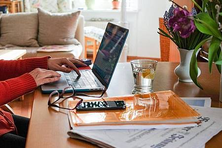 Auch junge Erwachsene haben mit der Corona-Krise im digitalen Bereich viele neue Erfahrungen gemacht. Das geht Auswertung des Vergleichsportals Verivox hervorgeht. Foto: Jens Kalaene/dpa-Zentralbild/dpa