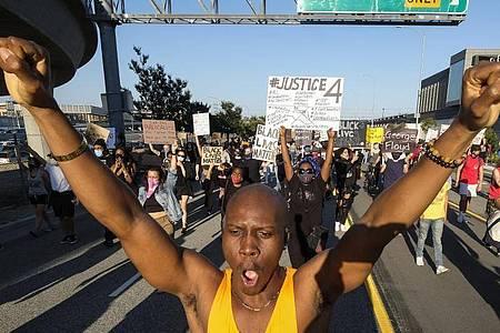 Demonstranten fordern Gerechtigkeit für den Tod des Afroamerikaners ein. Foto: Ringo H.W. Chiu/AP/dpa