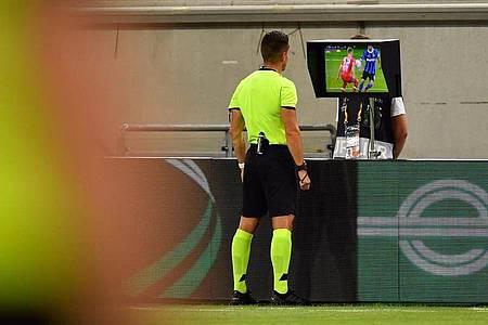 Nach Sicht der TV-Bilder nahm Schiedsrichter Carlos del Cerro Grande einen Handelfmeter gegen Leverkusen zurück. Foto: Marius Becker/dpa