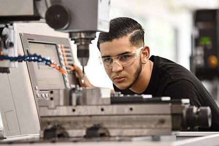Damit alle Maschinen und Anlagen in Unternehmen reibungslos funkionieren, gibt es Industriemechaniker. Mohammed Elosrouti ist im ersten Lehrjahr seiner Ausbildung. Foto: Kirsten Neumann/dpa-tmn