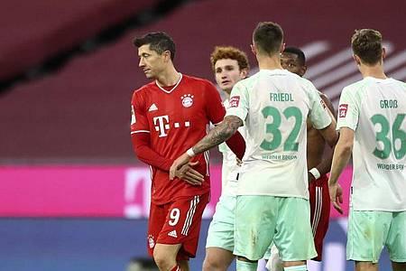 Die Spieler des FC Bayern München um Stürmerstar Robert Lewandowski (l) waren nach dem Remis gegen Werder enttäuscht. Foto: Matthias Schrader/AP-Pool/dpa
