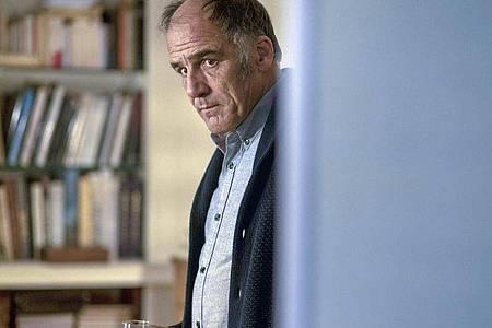 Dr. Philippe Dayan (Frederic Pierrot) versucht, sich seinen Problemen zu stellen. Foto: Carole Bethuel/ARTE France/dpa