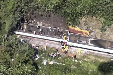 Passagieren wird geholfen, aus einem entgleisten Zug zu klettern (bestmögliche Qualität). Nach einem Zugunglück in Taiwan werden viele Todesopfer befürchtet. Foto: Uncredited/National Fire Agency/AP/dpa