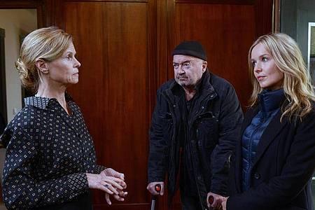 Die Kommissare Otto (Florian Martens, m.) und Linett (Stefanie Stappenbeck, r.), haben Fragen an Erika (Leslie Malton). Foto: Katrin Knoke/ZDF/dpa