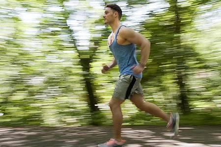 Wie schnell bin ich? Viele Freizeitsportler messen ihre Leistung mit Fitnesstrackern. Blind verlassen sollte man sich darauf aber nicht. Foto: Klaus-Dietmar Gabbert/dpa-tmn
