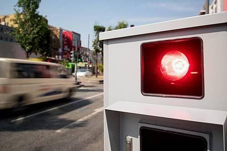 Tempomessgerät, auch Blitzer genannt. Seit Ende April droht ein Monat Führerscheinentzug, wenn man innerorts 21 Kilometer pro Stunde zu schnell fährt oder außerorts 26 km/h zu schnell unterwegs ist. Foto: Daniel Reinhardt/dpa