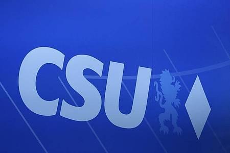 Das Logo der CSU auf einem Parteitag in Nürnberg. Foto: Daniel Karmann/dpa