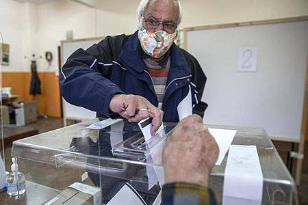 Ein Wähler gibt seinen Stimmzettel ab. Die Wahl gilt als Referendum über die politische Zukunft von Regierungschef Borissow. Foto: Visar Kryeziu/AP/dpa