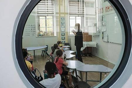 Schüler sitzen in einem Klassenzimmer in einer Grundschule in Jerusalem. Foto: Nir Alon/ZUMA Wire/dpa