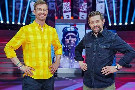 Joko Winterscheidt (l) und Klaas Heufer-Umlauf erleiden eine Niederlage im Staffelfinale ihrer Show. Foto: Stefan Gregorowius/ProSieben/dpa