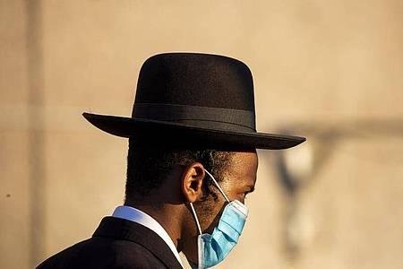 In Israel sind wieder coronabedingte Beschränkungen in Kraft getreten, nachdem die Zahl der Infizierten gestiegen ist. Foto: Ariel Schalit/AP/dpa