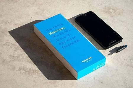 Ressourcen schonen: Zum Lieferumfang des Fairphone 3+ gehört ein kleiner Schraubendreher und ein USB-C-Kabel, aber kein Netzteil, wie es fast jeder daheim herumliegen haben dürfte. Foto: Fairphone/dpa-tmn
