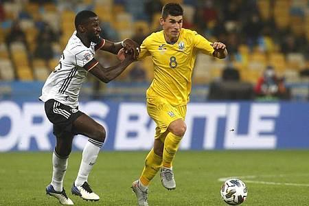 Der Ukrainer Ruslan Malinowskyj (r) versucht den Ball vor Antonio Rüdiger abzuschirmen. Foto: Efrem Lukatsky/AP/dpa