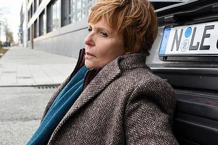 Noch benommen vom Aufprall hat Kommissarin Ellen Lucas (Ulrike Kriener) im Kofferraum des Unfallwagens eine Leiche entdeckt. Foto: Barbara Bauriedl/ZDF/dpa