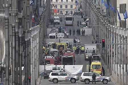 Rettungskräfte sind nach einem Anschlag auf die Metro-Station Maelbeek im Einsatz. Foto: picture alliance / Olivier Hoslet/EPA/dpa