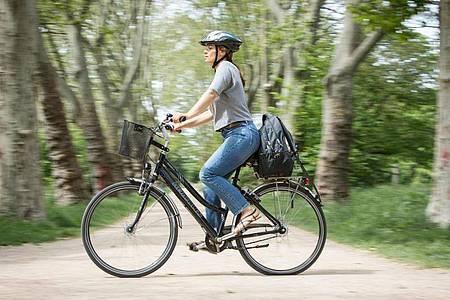 Damit das Radfahren keine Rückenbeschwerden verursacht, muss die Höhe von Rahmen, Lenker und Sattel zur Körpergröße passen. Foto: Christin Klose/dpa-tmn