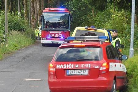 Die Unglücksstelle in einem Waldstück zwischen Pernink und Nove Hamry ist für die Rettungskräfte nur schwer zugänglich. Foto: Slavomír Kubeš/CTK/dpa