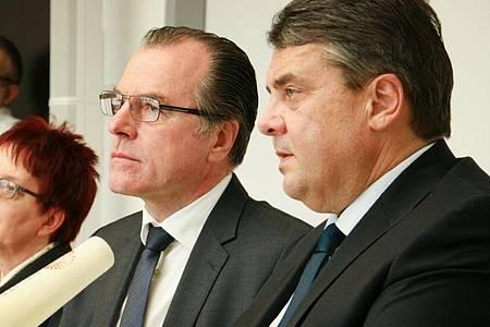 Fleischfabrikant Clemens Tönnies zusammen mit dem damaligen Bundeswirtschaftsminister Sigmar Gabriel im Februar 2015. Foto: ---/dpa
