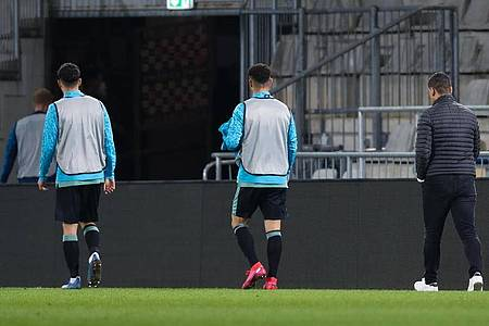 Besiegelt:Trainer Dimitrios Grammozis (r) muss mit Schalke den Weg in die 2. Liga antreten. Foto: Friso Gentsch/dpa Pool/dpa