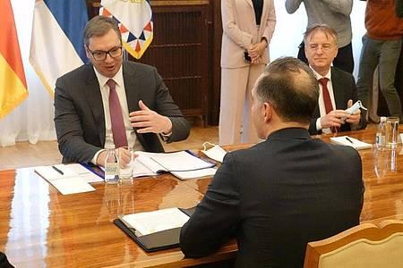 Bundesaußenminister Heiko Maas (SPD,v) mit Aleksandar Vucic (hinten l), Präsident von Serbien, im Gespräch. Maas ist auf einer zweitägigen Balkanreise im Kosovo und in Serbien. Foto: Michael Fischer/dpa
