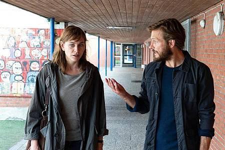 Ann Kathrin Klaasen (Christiane Paul) und Hero Klaasen (Andreas Pietschmann) sind sich bei der Erziehung des gemeinsamen Sohnes nicht immer einig. Foto: ZDF/Sandra Hoever/dpa