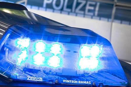 Ein Blaulicht leuchtet an einem Streifenwagen. (Symbolbild). Foto: Friso Gentsch/dpa/Symbolbild