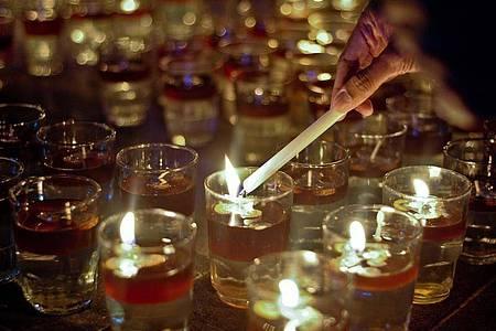"""Kerzen werden anlässlich der """"Earth Hour"""" angezündet. Foto: XinHua/dpa"""