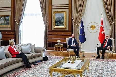 Dieses vom Europäischen Rat zur Verfügung gestellte Foto zeigt den türkischen Präsidenten Recep Tayyip Erdogan (2.v.r) und den türkischen Außenminister Mevlut Cavusoglu (r) während eines Treffens mit EU-Kommissionspräsidentin Ursula von der Leyen (l) und EU-Ratspräsident Charles Michel (2.v.l.). Foto: Dario Pignatelli/European Council/dpa