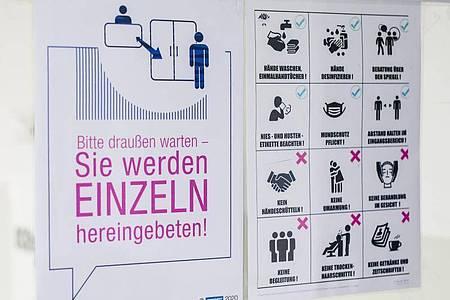 Verhaltensvorgaben weisen Kunden in einem Friseursalon über die neu geltenden Regeln im Salon hin. Foto: Christoph Schmidt/dpa