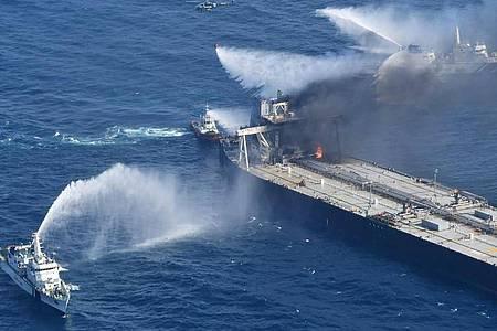 Löschboote bekämpfen das Feuer auf der «MT New Diamond» im Indischen Ozean. Foto: Uncredited/Sri Lanka Air Force/AP/dpa