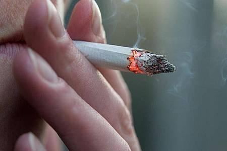 Umstritten: Ein Gastwirt gibt seinen Nichtraucher-Mitarbeitern als Ausgleich für die Raucherpausen ihrer Kollegen fünf Tage mehr Urlaub. Foto: picture alliance / dpa-tmn