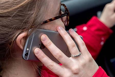 Die Zahl der Smartphonenutzer stieg im vergangenen Jahr auf 79 Prozent der Bundesbürger ab 16 Jahren. Foto: Hauke-Christian Dittrich/dpa
