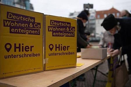 """Unterstützer und Mitglieder der Initiative """"Deutsche Wohnen & Co enteignen"""" sammeln Unterschriften. Foto: Paul Zinken/dpa"""