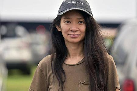 Chloé Zhao, Regisseurin, nimmt an einer Drive-In Filmvorführung ihres Films «Nomadland» im Rose Bowl Stadion teil. Foto: Richard Shotwell/Invision/AP/dpa