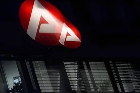 Das Logo der Bundesagentur für Arbeit leuchtet über einem Büro. Foto: Sebastian Gollnow/dpa