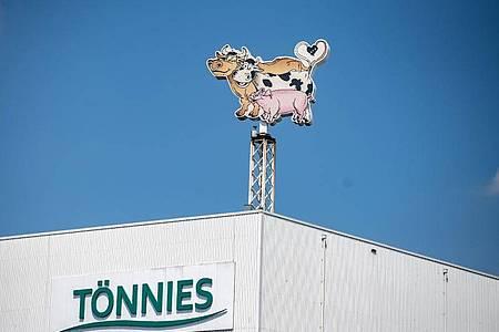 Nach dem Corona-Massenausbruch war das Tönnies-Fleischwerk in Rheda-Wiedenbrück vor drei Wochen geschlossen worden - verfügt zunächst bis 17. Juli. Foto: Guido Kirchner/dpa