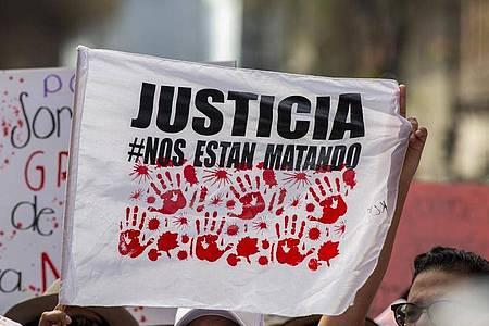 Eine Fahne mit der Aufschrift «Gerechtigkeit» während einer Demonstration in Mexiko-Stadt. Foto: Jair Cabrera Torres/dpa