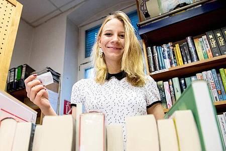 Die Corona-Zeit hat bei vielen Lese-Lust geweckt: Sophie Schmale hat als angehende Buchhändlerin immer Empfehlungen für die Kundinnen und Kunden parat. Foto: Zacharie Scheurer/dpa-tmn
