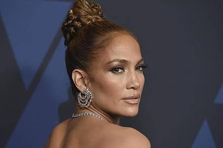 Im wahren Leben ist Jennifer Lopez mit Alex Rodriguez verlobt. Ihre geplante Hochzeit haben die beiden aber wegen Corona verschoben. Foto: Jordan Strauss/Invision/AP/dpa
