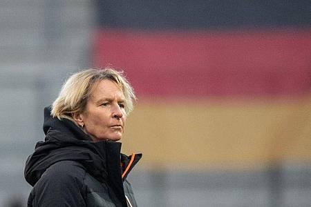 Bundestrainerin Martina Voss-Tecklenburg vor Spielbeginn. Foto: Matthias Balk/dpa