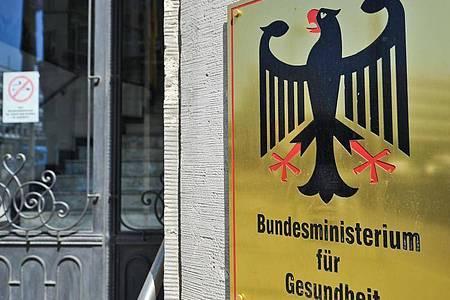 Eingang des Bundesministeriums für Gesundheit in Berlin. Die Firma Kohl Consult GmbH fordert die Begleichung einer Rechnung. Foto: picture alliance / dpa