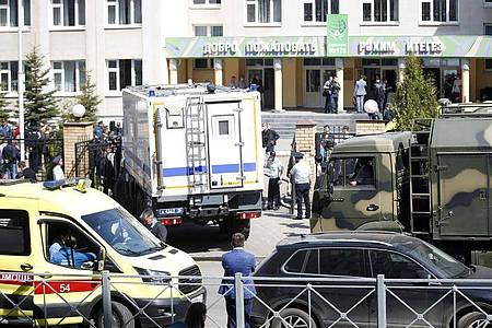 Ein Krankenwagen und Polizeifahrzeuge stehen nach einem Angriff mit Schusswaffen vor einer russischen Schule in Kasan. Foto: Roman Kruchinin/AP/dpa