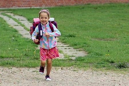 Ab in die Schule! Kinder tragen ihren ersten Ranzen meist mit großem Stolz. Foto: Mascha Brichta/dpa-tmn