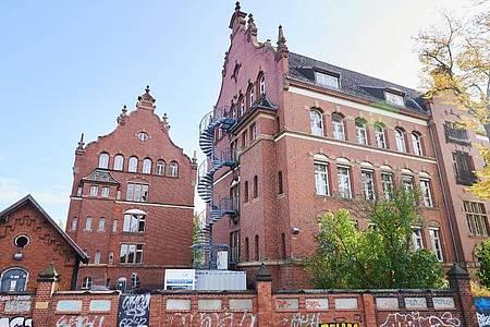 Ein Gebäude des Robert Koch-Institutes in der General-Pape-Straße, das laut Polizei am Wochenende mit Flaschen und Brandsätzen beworfen wurde. Foto: Annette Riedl/dpa